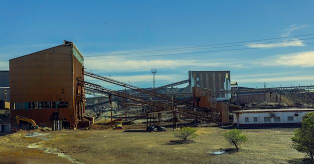 Antiguo complejo minero de riotinto con cintas transportadoras de minerales y antiguos edificios mineros.