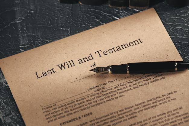 Antiguo documento de notario en el escritorio aislado.
