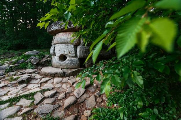 Antiguo dolmen compuesto redondo en el valle del río jean, monumento de arqueología estructura megalítica.