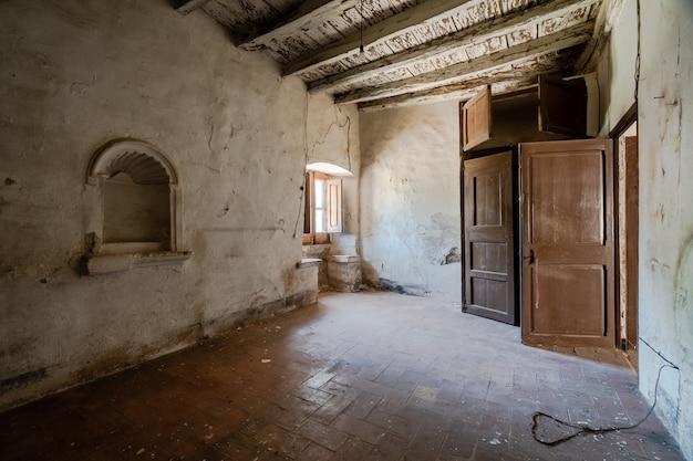 Antiguo dormitorio vacío de un monasterio