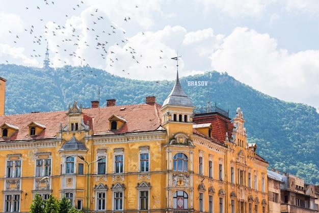 Antiguo edificio amarillo en brasov