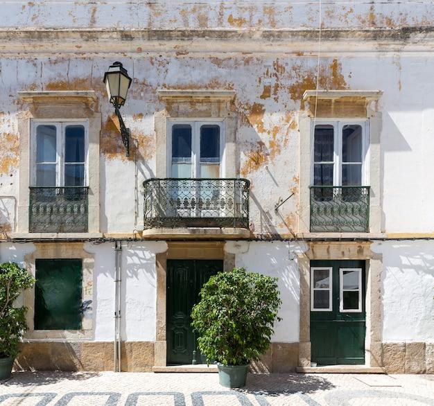 Antiguo edificio andrajoso
