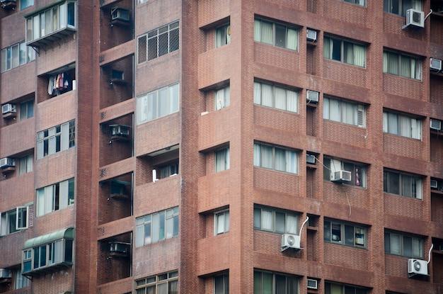 Antiguo edificio de apartamentos de piedra rojiza vintage en taipei, taiwán