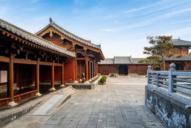 Antiguo edificio chino loft y cuadrado de la provincia de shanxi taiyuan en china