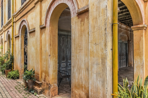 El antiguo edificio de estilo colonial, antiguo edificio colonial.
