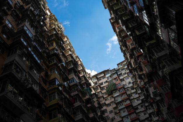 Antiguo edificio en hong kong con una densa convivencia.
