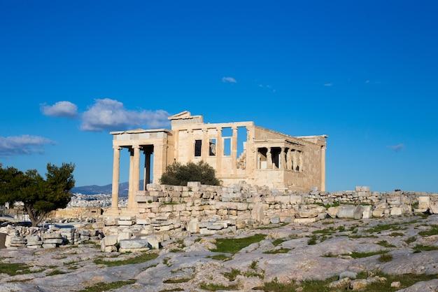Antiguo edificio de piedra en la acrópolis de atenas en grecia