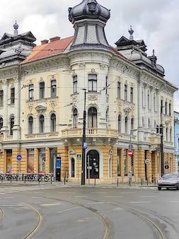 Un antiguo edificio residencial en cluj-napoca, rumania