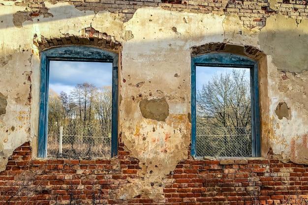 Antiguo edificio en ruinas de ladrillo rojo.