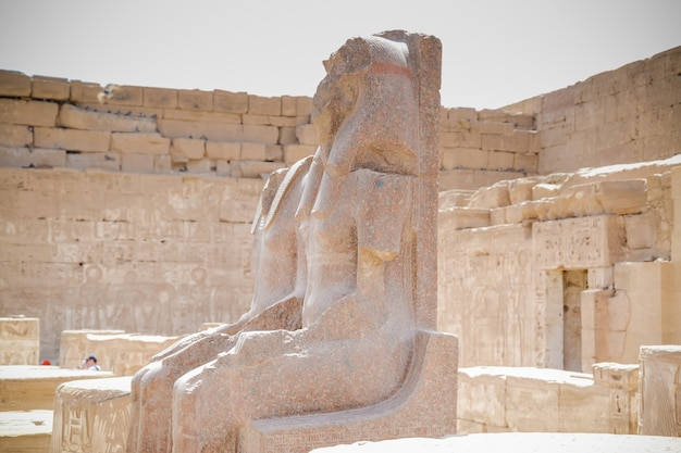 Antiguo edificio de la tumba egipcia con jeroglíficos