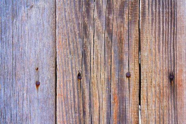 Antiguo escudo de madera con arañazos y astillas.