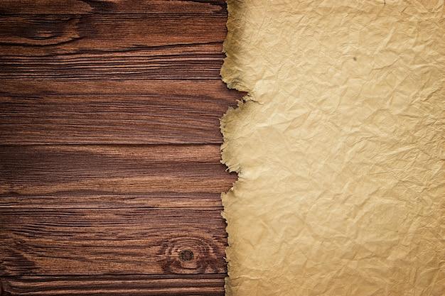 Antiguo manuscrito sobre el fondo de tablas de madera.