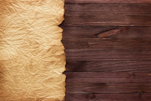 Antiguo mapa del tesoro pergamino en blanco sobre mesa de madera
