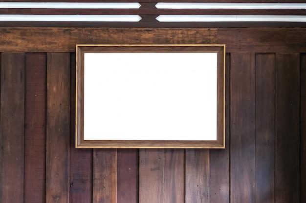 Antiguo marco dorado en la pared de madera