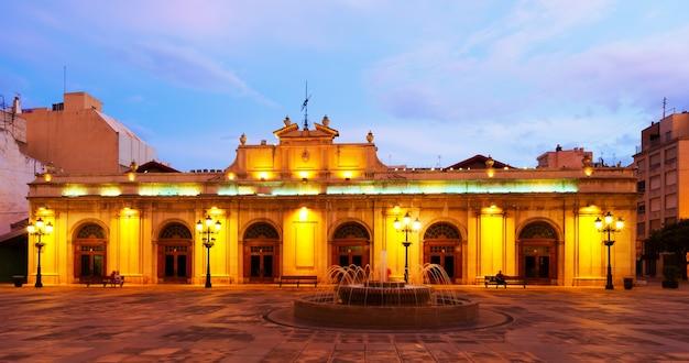 Antiguo mercado en la plaza mayor por la noche. castellón de la plana