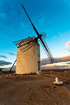 Antiguo molino de viento de don quijote en castilla la mancha
