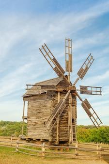 Antiguo molino de viento de madera de estilo ucraniano que fueron populares en el siglo pasado