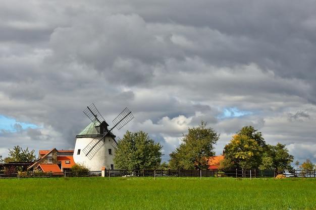 Antiguo molino de viento - república checa europa. hermosa antigua casa de fábrica tradicional con un jardín
