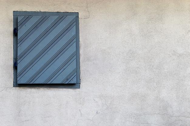 Antiguo muro de piedra gris vith cerrado poco fondo de ventana vintage