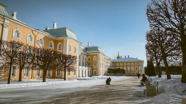 Antiguo museo de invierno plaza palacio de nieve arquitectura palacio de san petersburgo rusia amarillo