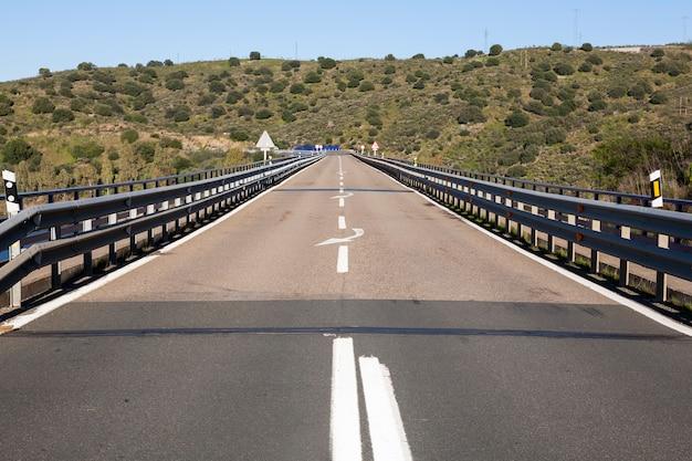 Antiguo número de la carretera nacional a su paso por un puente.