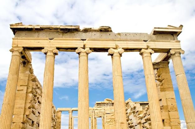 Antiguo partenón en la acrópolis, atenas, grecia