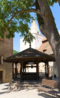Antiguo pozo en el patio del castillo medieval de krivoklat en la república checa