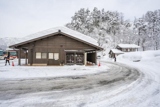 El antiguo pueblo con nieve en shirakawago en japón es un sitio del patrimonio mundial de la unesco
