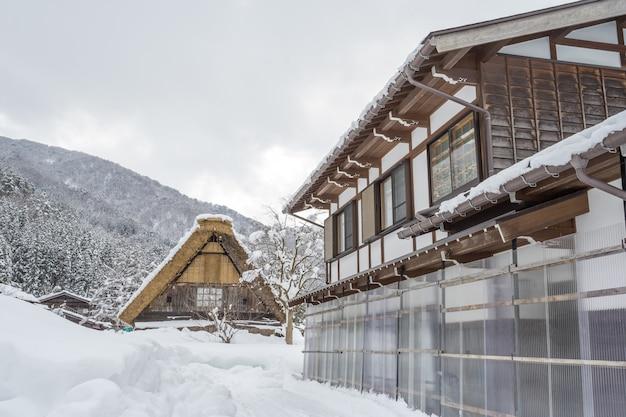 Un antiguo pueblo en shirakawago en japón