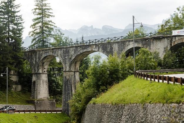 Antiguo puente en los dolomitas