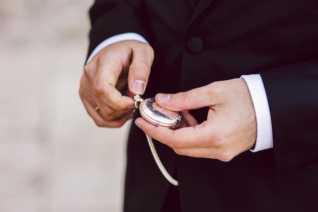 Antiguo reloj de bolsillo en manos de un hombre