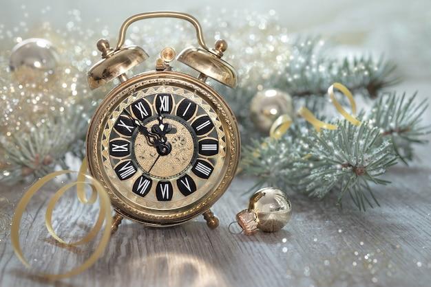 Antiguo reloj despertador que muestra cinco hasta la medianoche