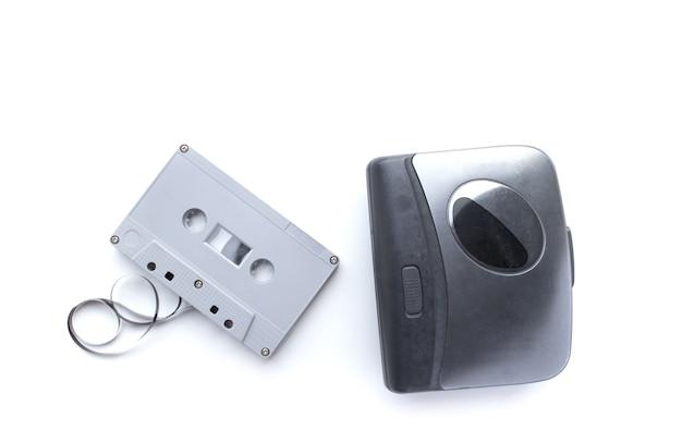 Antiguo reproductor de cassette y cinta de cassette aislado sobre fondo blanco.