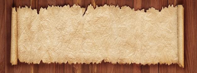 Antiguo rollo en una mesa de madera, textura de papel arrugado