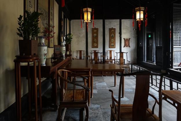 El antiguo salón interior chino shen hall está ubicado en la calle nanshi, al este del puente fuan en zhouzhuang, suzhou.