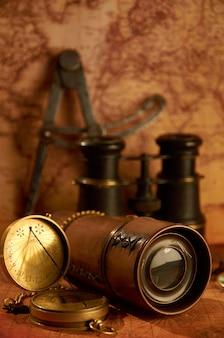 Antiguo telescopio con binoculares