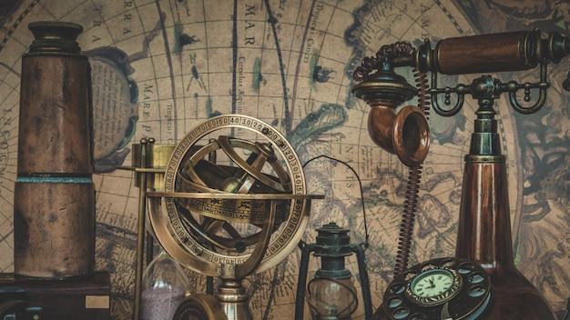 Antiguo telescopio de la colección pirata en el mapa del viejo mundo