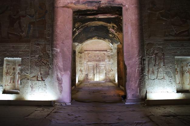Antiguo templo de abydos en el desierto del sahara, egipto