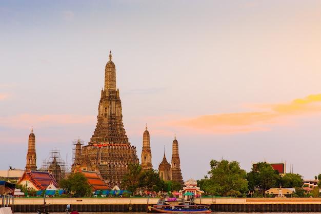 Antiguo templo budista tailandés llamado wat arun en bangkok