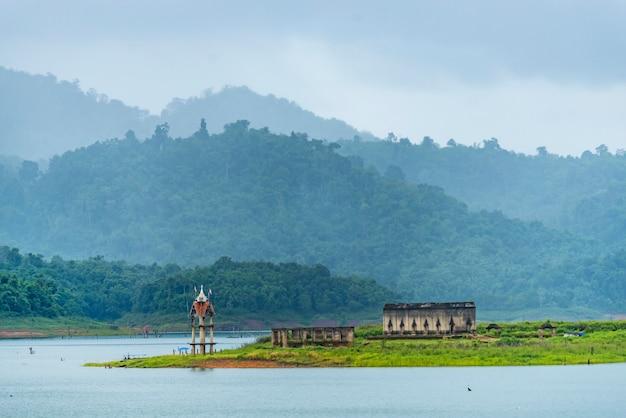 Antiguo templo en sangklaburi kanchanaburi, tailandia