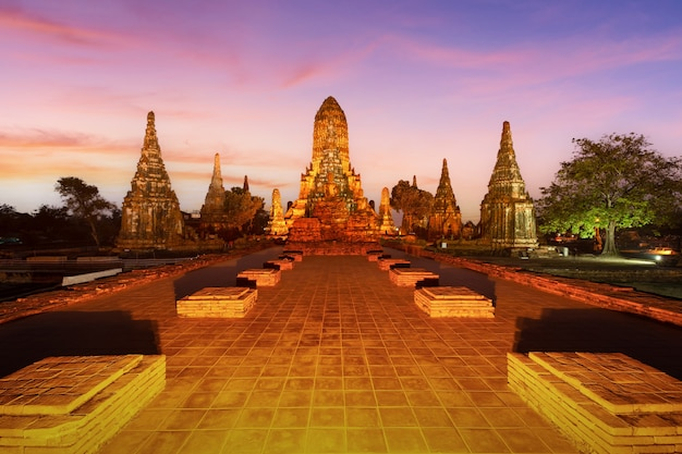 Antiguo templo wat chaiwatthanaram de la provincia de ayutthaya (parque histórico de ayutthaya), tailandia