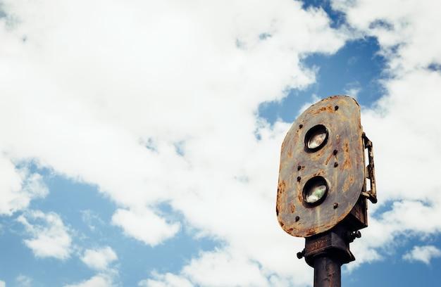Antiguo tren oxidado semáforo con cielo