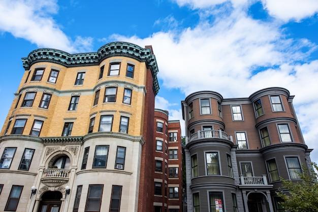 Antiguos edificios de apartamentos residenciales con fachada de madera