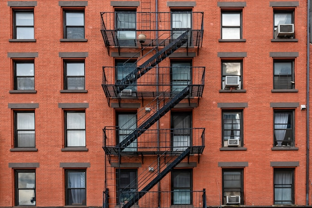 Antiguos edificios de ladrillo con escaleras de incendios en la ciudad de nueva york