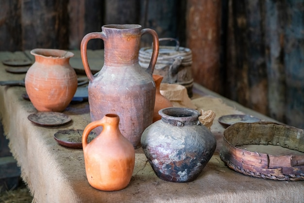 Antiguos jarros de barro en el museo de historia.