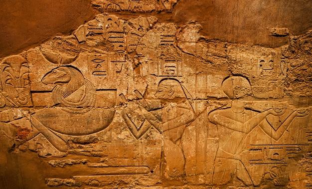Antiguos jeroglíficos en la pared, templo de karnak,