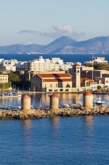 Antiguos molinos de viento en el puerto de mandraki, rodas, grecia