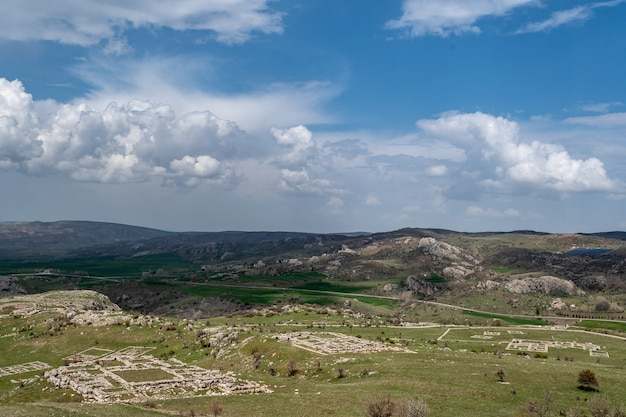 Antiguos muros de piedra hallazgos arqueológicos hititas en anatolia, corum turquía