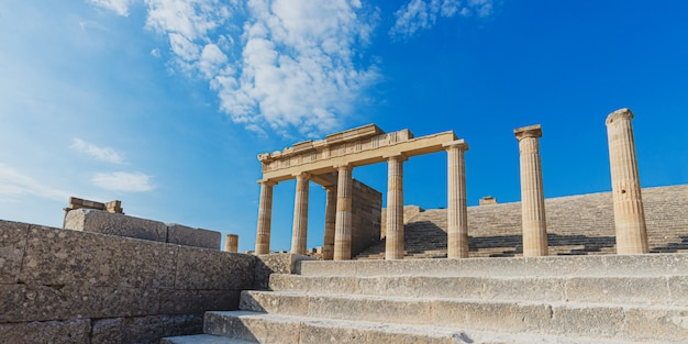 Antiguos pilares griegos magníficos de la acrópolis de lindos