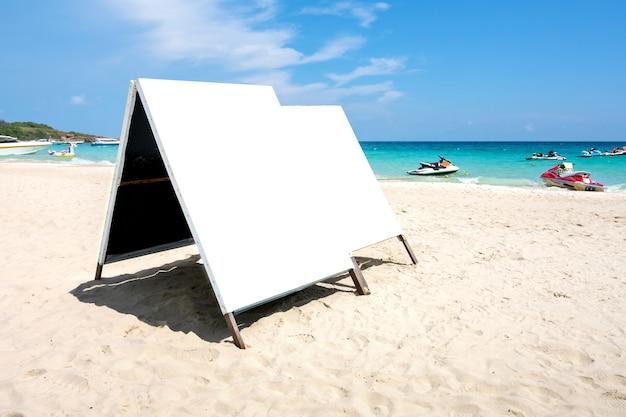 Anuncio de cartelera en blanco simulacro de banner en la playa. el camino de recortes incluye en esta imagen.